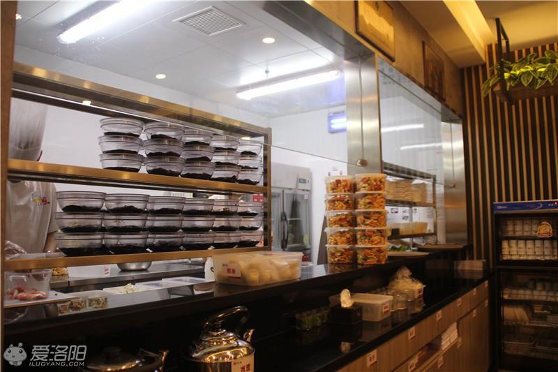 全透明,半开放式厨房,厨师的每一个动作,站在外面的你也都可以看到.