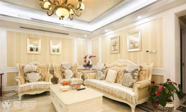 白色欧式家具,墙面是壁纸加护墙板